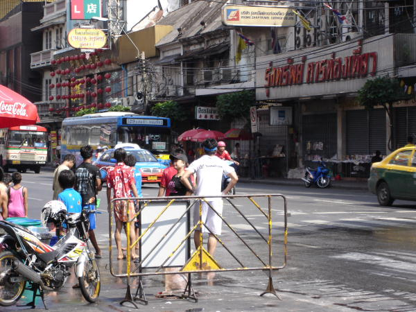 http://blog.maipenrai.info/photo_lib/p2009/songkran_road.jpg