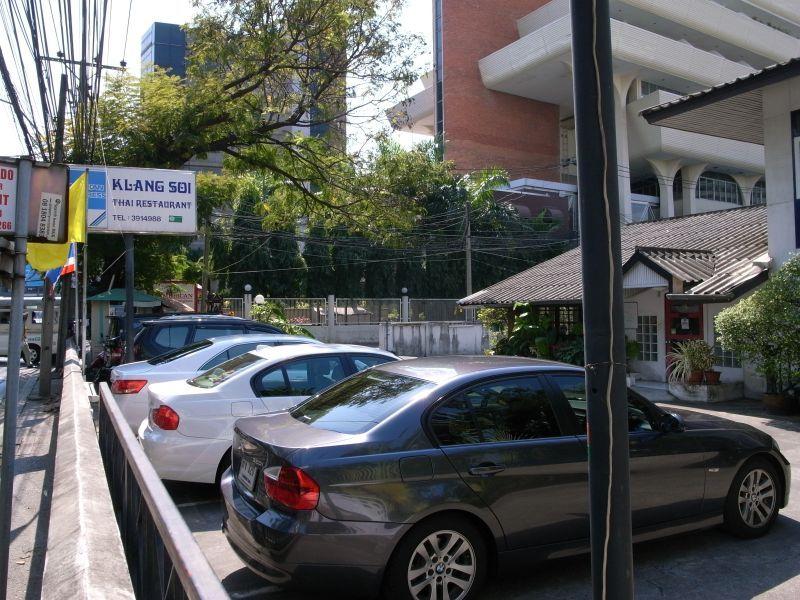 http://blog.maipenrai.info/photo_lib/p2011/klang-soi-0.jpg